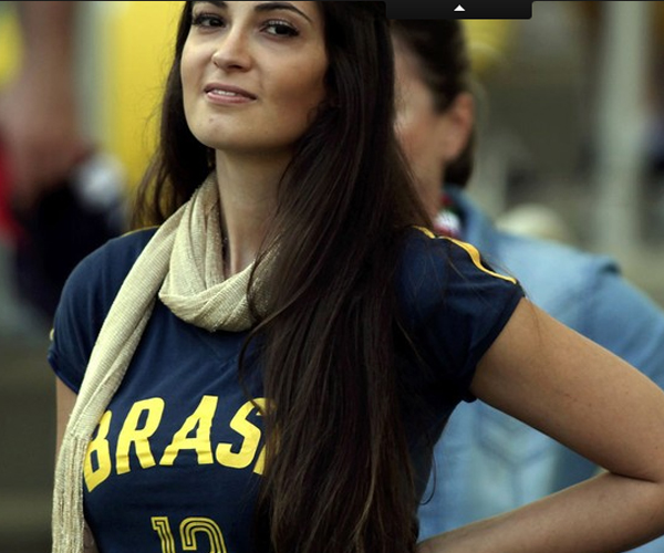 Nữ CĐV diện áo có in chữ Brazil cổ vũ đội nhà trong trận gặp Nhật Bản