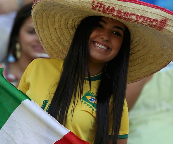 Cô gái tươi tắn này yêu mến Brazil hay Mexico đây?!