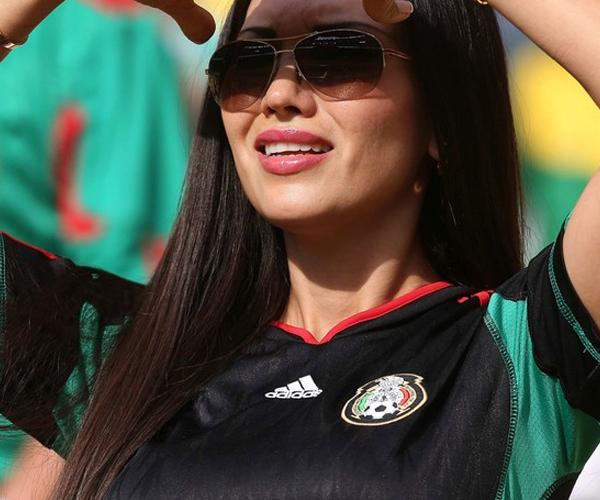 Bất chấp nắng nóng, người đẹp Mexico vẫn bám trụ trên khán đài để cổ vũ cho ĐTQG thi đấu