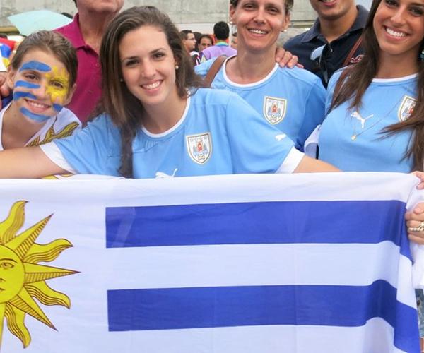 Fan nữ Uruguay vẫn giữ vững tinh thần lạc quan dù đội nhà chịu thất bại 1-2 trước Tây Ban Nha