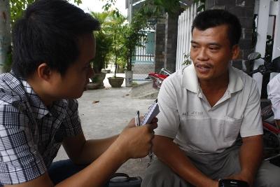 Anh Nguyễn Văn Tin (bên phải) bức xúc vì suýt nữa chính tay anh đã chôn sống con mình.