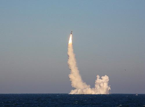 Cảnh bắn thử tên lửa Bulava của Hải quân Nga trên một mẫu chiến hạm