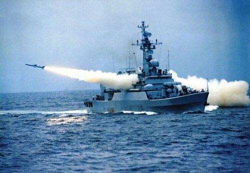 Tàu Trung Quốc phóng tên lửa YJ-7
