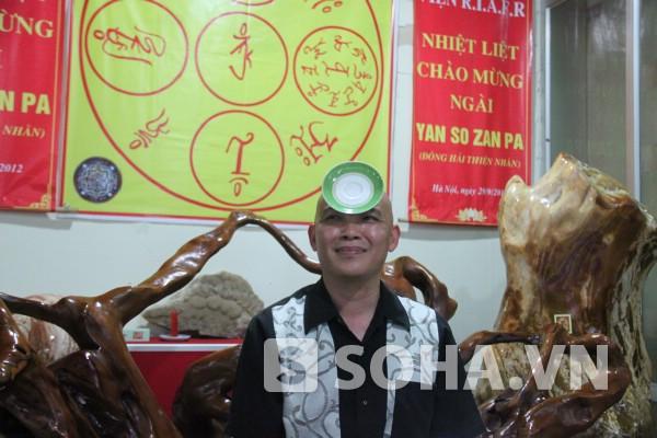 Nhà cảm xạ học Nguyễn Ngọc Sơn và màn biểu diễn hút đĩa ngay trước mắt chúng tôi.