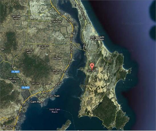 Địa hình Cam Ranh với bán đảo Cam Ranh che kín gần như toàn bộ vịnh tạo ra vùng nước lặng gần như tuyệt đối