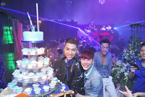 Pin Okio (áo đen bên trái) và Nel Fi (áo bò xanh) tổ chức kỷ niệm 2 năm ngày cưới trong giây phút hạnh phúc.