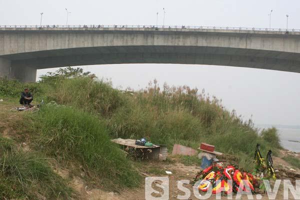 Phía trên cầu Thanh Trì có rất nhiều người đi đường cũng dừng lại để theo dõi cuộc tìm kiếm thi thể chị Huyền của các nhà khoa học.