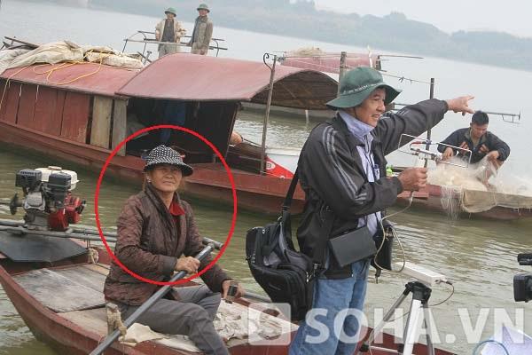 Người phụ nữ tên Tình (khoanh tròn đỏ) đang chở TS Bằng trong buổi khảo sát vào sáng 9/12.
