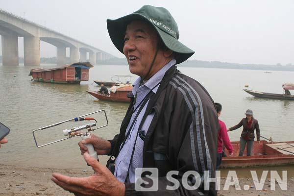 TS Vũ Văn Bằng đang tiến hành việc khảo sát tại khu vực chân cầu Thanh Trì vào sáng 9/12.