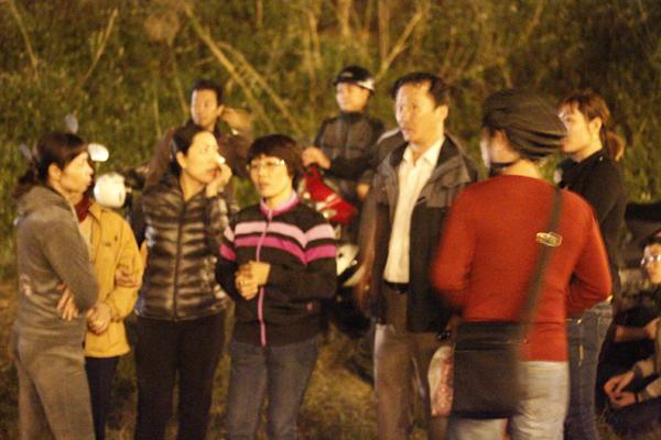 Nhiều cán bộ, nhân viện Bệnh viện Bạch Mai đứng cùng người thân chị Huyền ngóng đợi kết quả tìm kiếm.