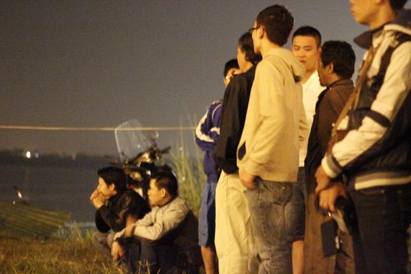 Thương cảm cho chị Huyền, người dân quanh khu cầu Thanh Trì ra bờ sông rất đông để đợi kết quả tìm kiếm.