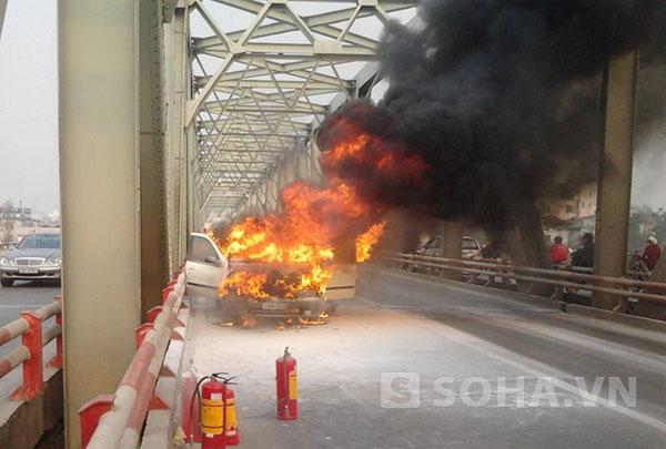 Sau 15 phút ngọn lửa đã thiêu rụi hoàn toàn chiếc xe FIAT 5 chỗ ngồi