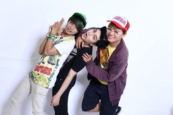 Nhật Minh (giữa) chụp cùng bạn diễn trong bộ phim nổi tiếng trong giới teen