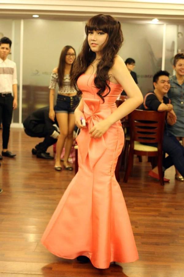 Thành một cô nàng đầy cuốn hút trong chiếc váy dạ hội.