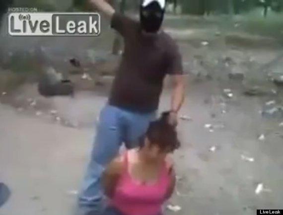 Người đàn ông bịt mặt chuẩn bị hành quyết người phụ nữ Mexico.