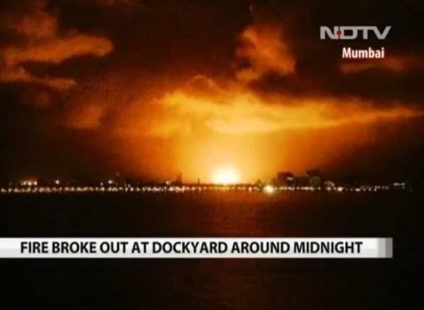 Lửa bốc lên từ tàu ngầm INS Sindhurakshak vào sáng ngày 14/8/2013