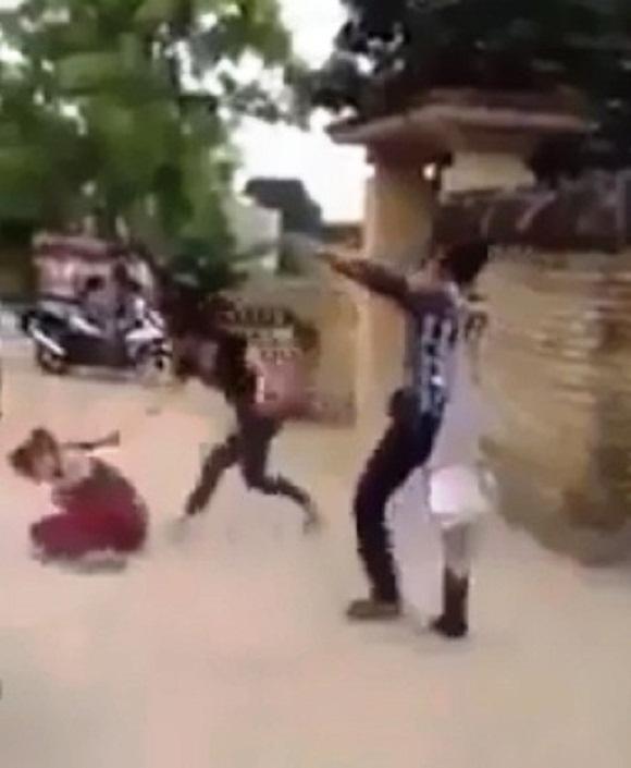 Thiếu nữ ra tay chém người dã man (Ảnh cắt từ clip)