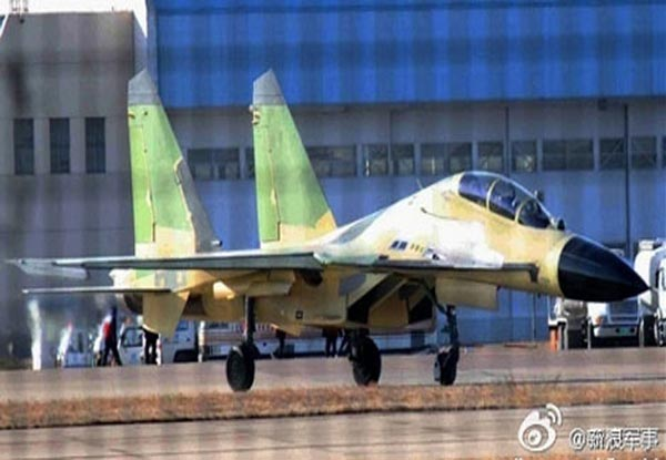 Nguyên mẫu J-16 bên ngoài  sân bay của nhà máy chế tạo máy bay Thẩm Dương, Trung Quốc.