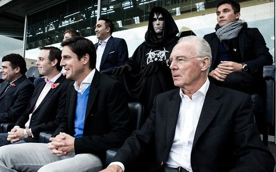 Hoàng đế Franz Beckenbauer ngồi ngay trước nhóm người bí ẩn
