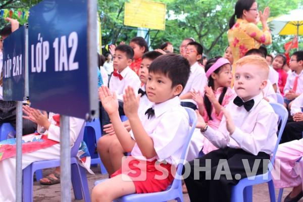 Cậu bé Thiện Nhân là học sinh giỏi nhất nhì trong lớp, được thầy cô và bạn bè yêu quý. Cậu còn là thành viên trong đội Toán của lớp.