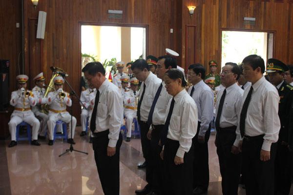 Lãnh đạo TP. Đà Nẵng kính viếng Đại tướng.