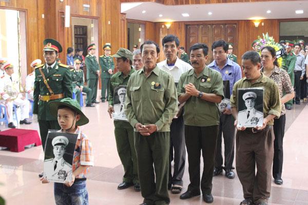 Cháu bé cùng các cựu chiến binh viếng Đại tướng.