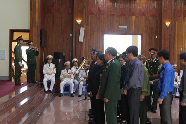 Đoàn tỉnh Kon Tum viếng Đại tướng.