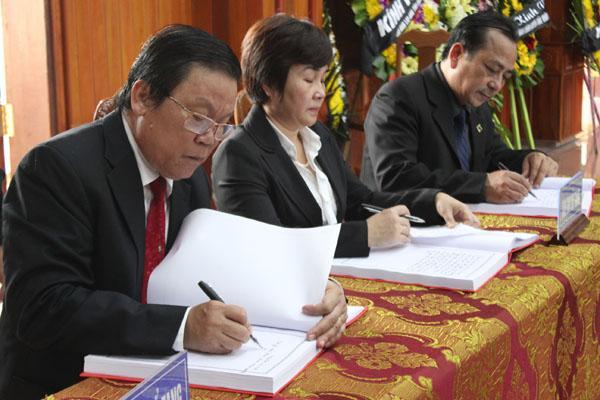 Lãnh đạo tỉnh Kon Tum ghi sổ tang.