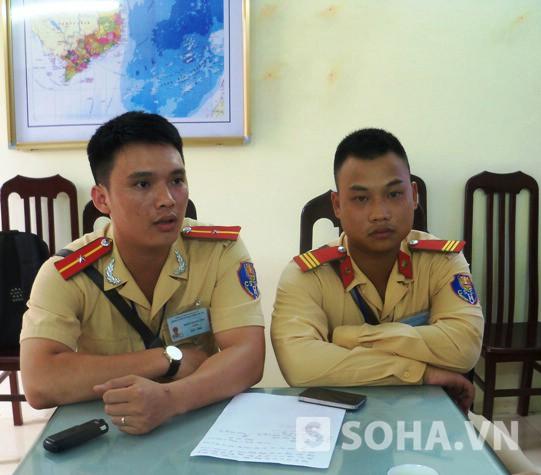 Thiếu úy Đoàn Quang Trụ và Thượng sỹ Ngô Quốc Tuân, Đội CSGT số 5 đang kể lại sự việc. Ảnh: Thế Long
