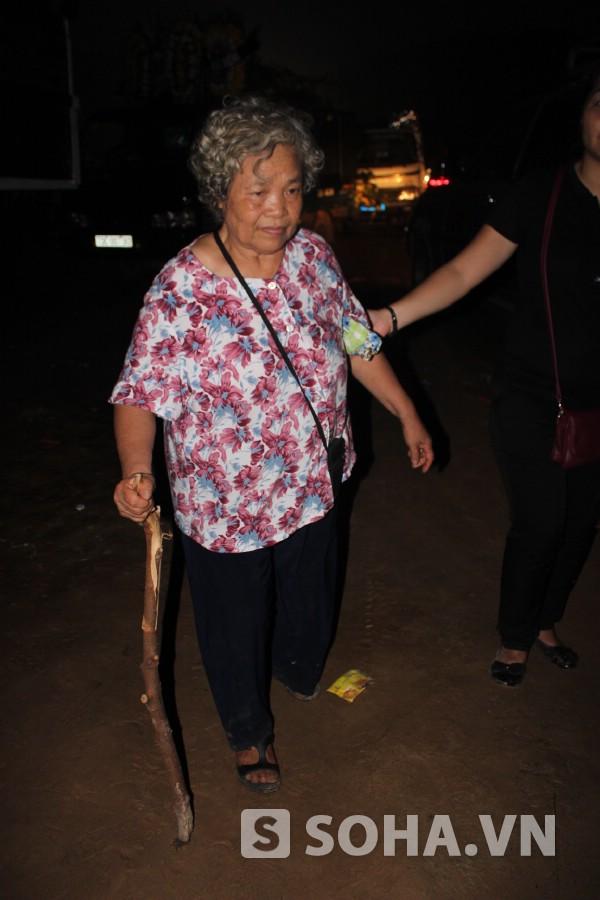 Cụ Nguyễn Thị Nga (năm nay 73 tuổi) một mình đi tàu đêm từ Hà Nội đến Quảng Bình để viếng Đại tướng ngày 13/10.