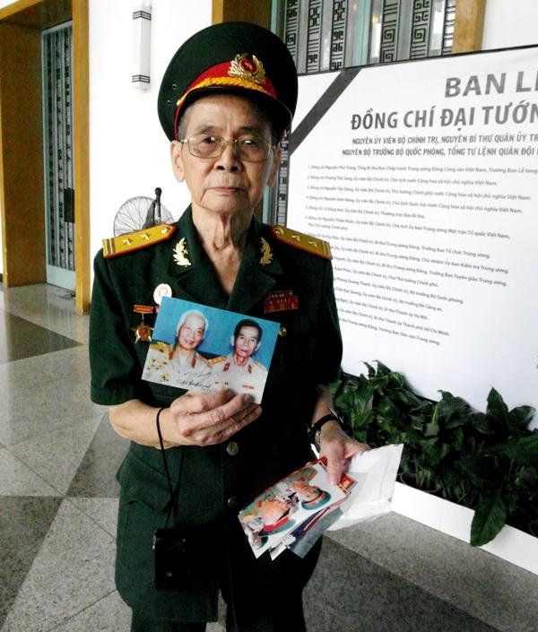 Trung tá Ngô Đức Thiểu và những bức ảnh chụp chung Đại tướng Võ Nguyên Giáp.