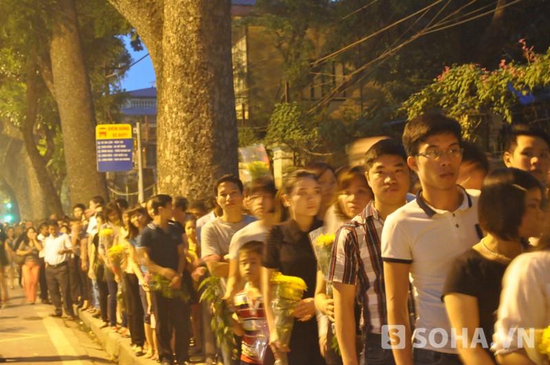 Đến 18h ngày 6/10, vẫn còn rất nhiều người dân chưa đến lượt vào thắp hương cho Đại tướng Võ Nguyên Giáp (Ảnh: Tuấn Nam)