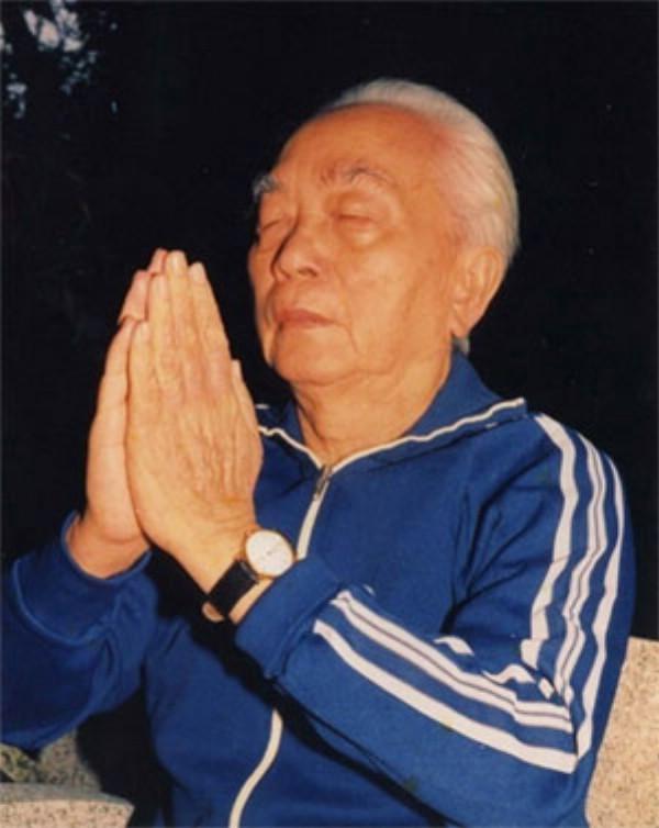 Đại tướng Võ Nguyên Giáp luyện khí công.