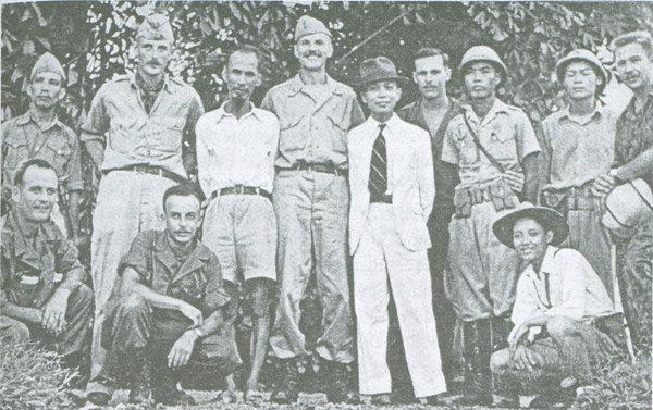 Nhóm Deer Team chụp ảnh với Bác Hồ cùng một số đồng chí lãnh đạo khác của lực lượng Việt Minh.