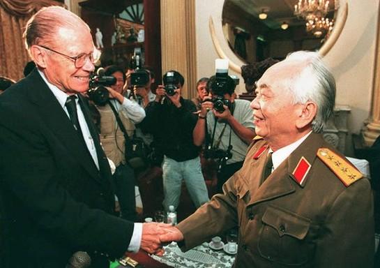 Đại tướng Võ Nguyên Giáp và cựu Bộ trưởng Quốc phòng Mỹ Robert McNamara.
