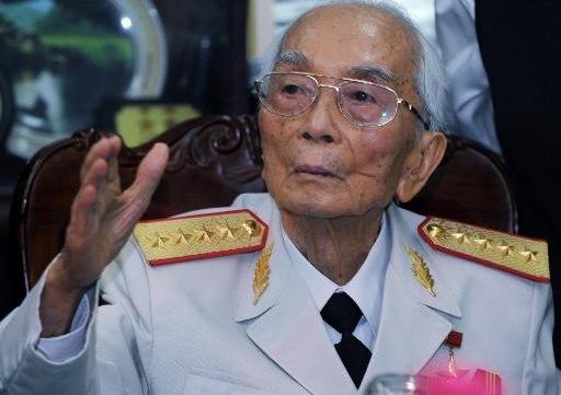 Ảnh chụp Đại tướng Võ Nguyên Giáp trong lễ kỷ niệm chiến thắng Điện Biên Phủ tháng 7/2008