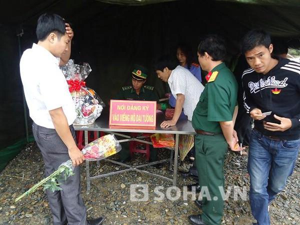 Mưa, bão, những người con đất Việt yêu kính Đại tướng vẫn nối tiếp về viếng người.