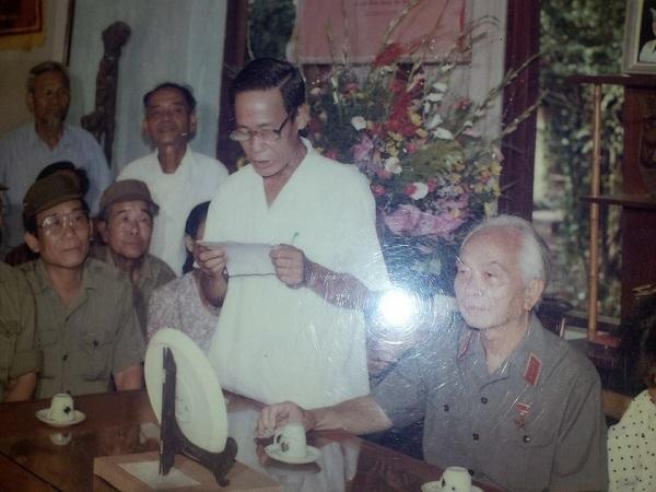 Một bức ảnh mà anh Đức đăng tải trên trang Facebook cá nhân của mình. Anh Đức kể rằng, đây là bức ảnh quý giá của ông ngoại anh (áo trắng) chụp cùng với Đại tướng Võ Nguyên Giáp nhân dịp sinh nhật lần thứ 85 của Đại tướng.