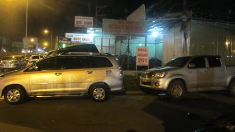 Rất đông xe ô tô đời mới  đến viếng đám tang của Thiếu tá Trần Ngọc Sơn