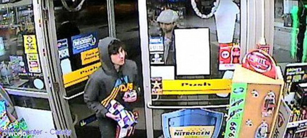 Dzhokhar Tsarnaev trong một cửa hàng trước khi xảy ra đấu súng với cảnh sát dẫn đến cái chết của Tamerlan.