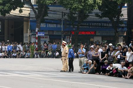 Quá trưa, dòng người dài cả km vẫn xếp hàng viếng Đại tướng