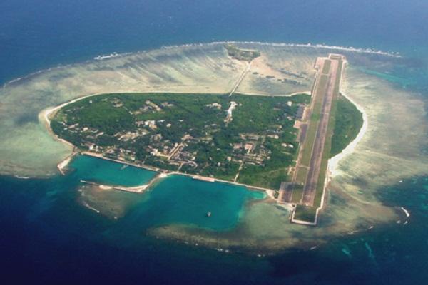 Toàn cảnh đảo Phú Lâm, Hoàng Sa (thuộc chủ quyền Việt Nam) hiện đang bị Trung Quốc chiếm giữ trái phép. Trung Quốc đã ngang nhiên xây dựng trên đảo một sân bay có thể đón cả các máy bay thương mại cỡ lớn như Boeing 737 và các máy bay quân sự.