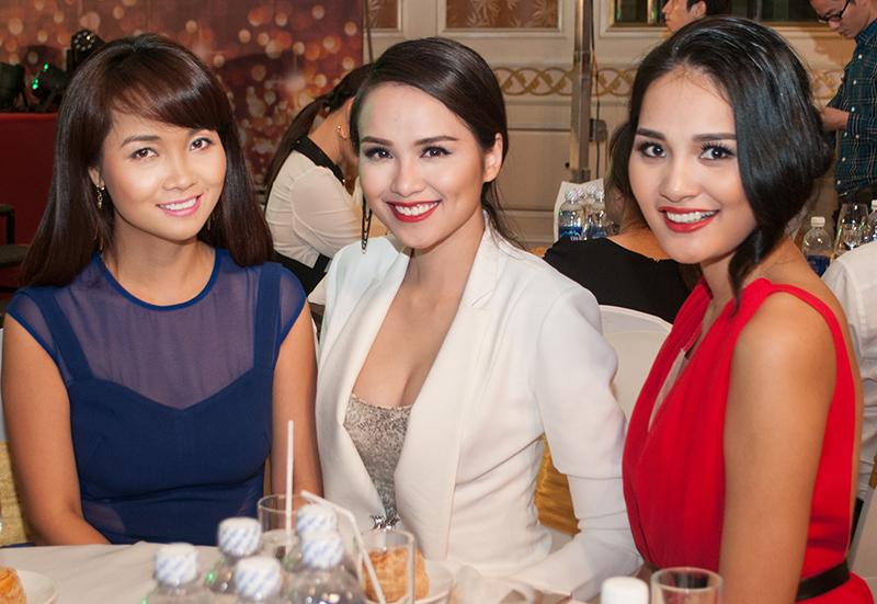 Hoa hậu Hương Giang mặc váy đỏ nổi bật.
