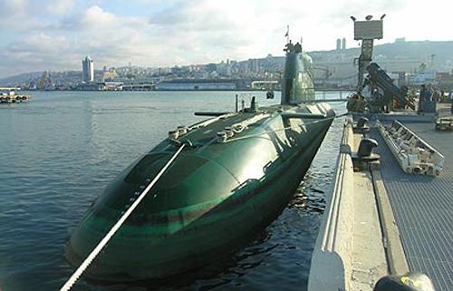 Được trang bị hệ thống phóng ngư lôi và tên lửa, tàu ngầm Dolphin còn có thể triển khai việc thả ngư lôi, thậm chí được cho là có thể mang tên lửa gắn đầu đạn hạt nhân.