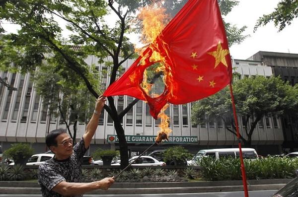 Người Philippines biểu tình, đốt cờ phản đối Trung Quốc bành trướng ở Biển Đông