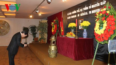 Bàn thờ Đại tướng Võ Nguyên Giáp tại Đại sứ quán Việt Nam ở Pháp.