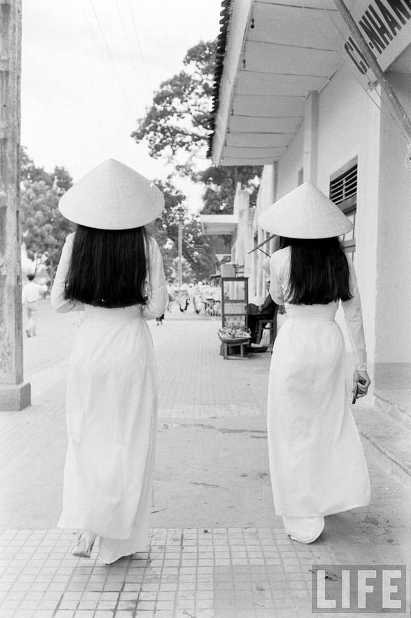 Những tà áo dài trắng thướt tha trên phố.