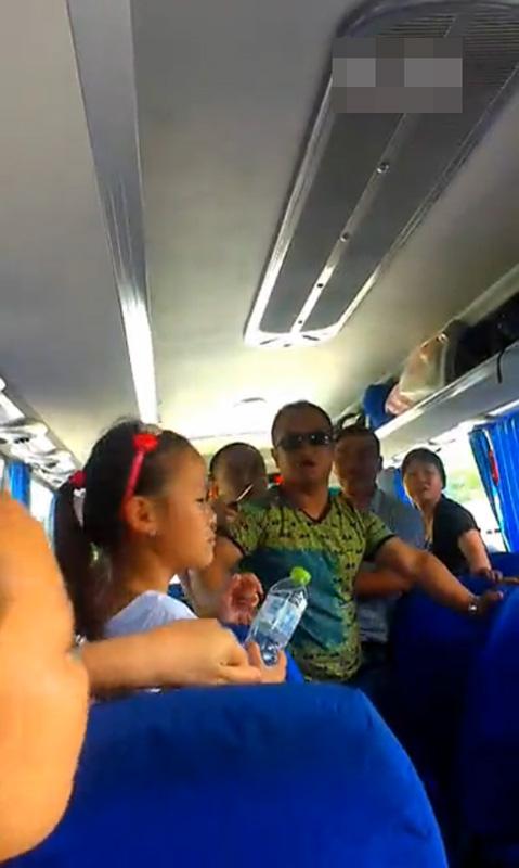 Hướng dẫn viên họ Meng đang lớn tiếng quát mắng du khách (Ảnh chụp từ clip).