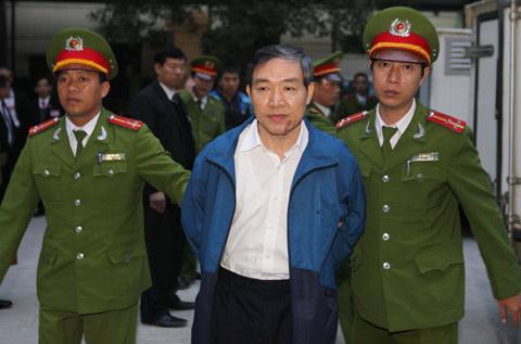 Dương Chí Dũng được đưa tới tòa. Ảnh TTXVN