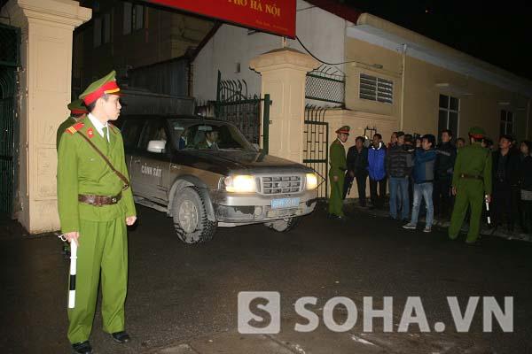 Xe hộ tống các xe chở phạm nhân rời khỏi tòa
